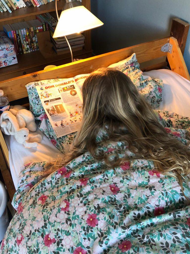 sofie dochter lezen op bed