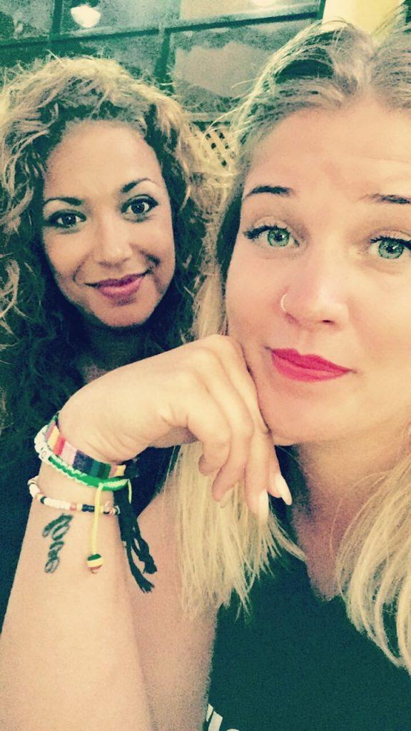 Diedeke en haar beste vriendin op vakantie in Gambia
