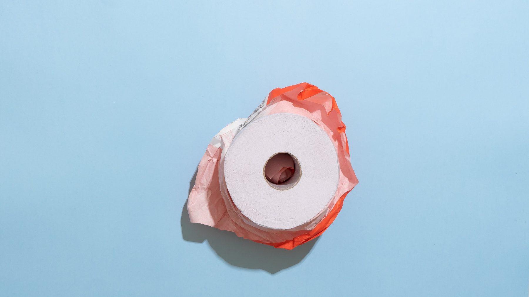 magazijnmedewerker lacht om hamstergedrag: wc-rollen te over