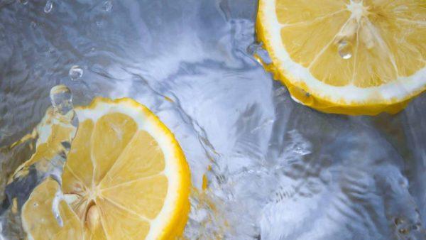 Wat een (on)zin: zo zit het echt met water en citroen