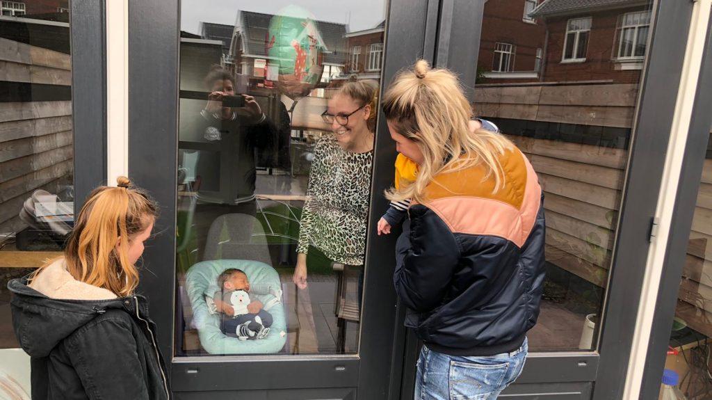 Sanne is bevallen tijdens coronacrisis: 'Kraambezoek gaat via het raam'