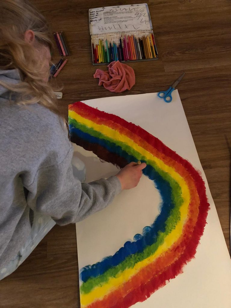 Oudste schildert een regenboog