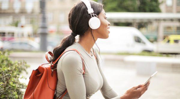 5 x de fijnste podcasts voor in de hangmat