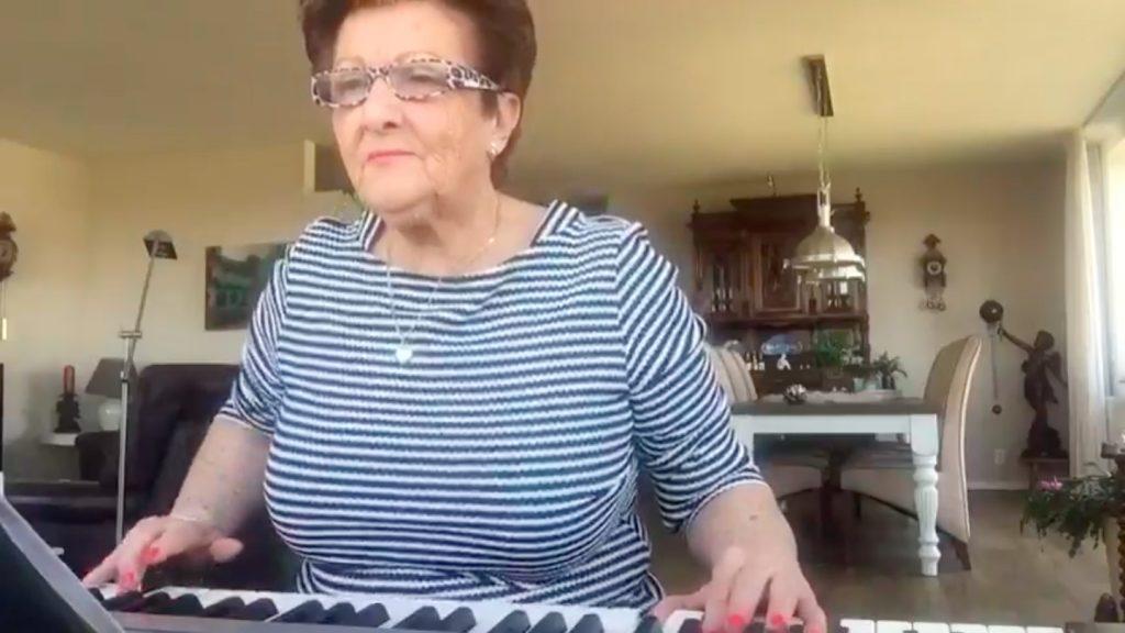 Joke Meijer (70) jengelt ons de crisis door met elke dag een olijk orgellied op Instagram