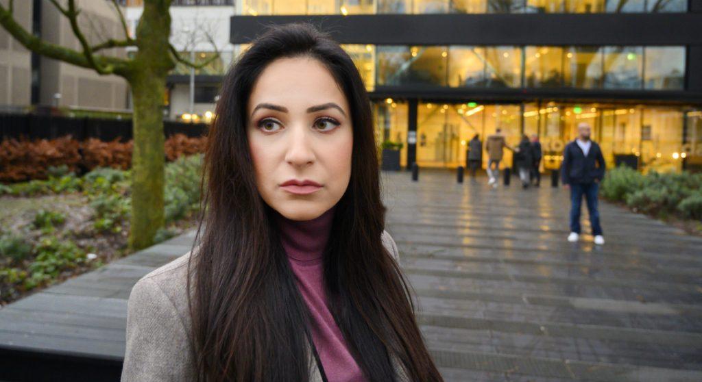 moeder insiya komt aan bij rechtbank (1)