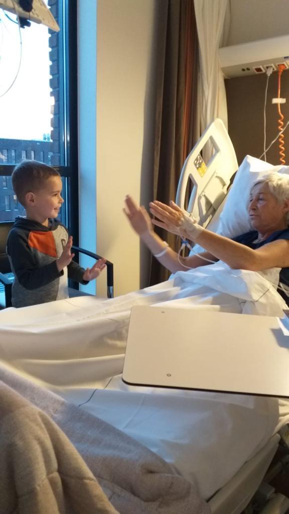 Ria en haar kleinzoon na darmoperatie
