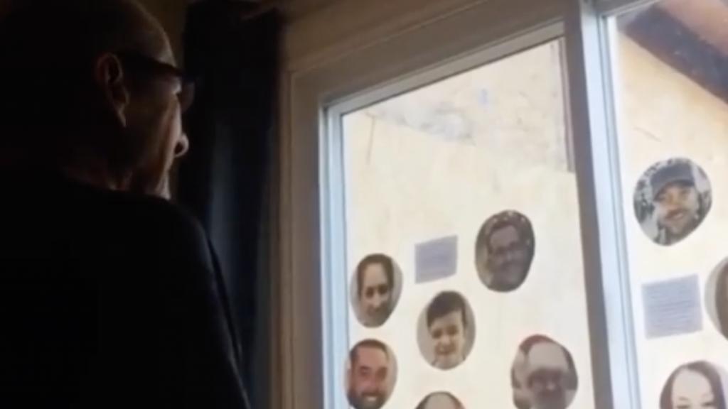 70-jarige man in tranen na liefdevolle verjaardagsboodschappen familieleden