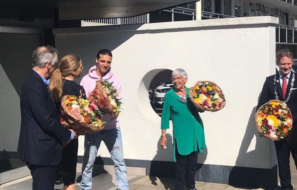 Ali B en sierteeltsector delen 125.000 bloemen uit aan eenzame ouderen