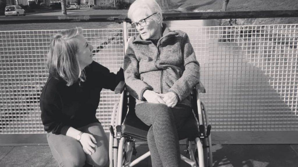 Danique herdenkt haar oma: 'Jij hebt altijd voor mij gezorgd'