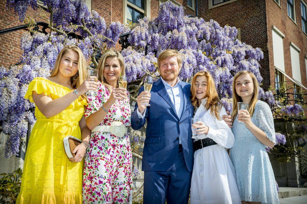 Koning brengt nationale toost uit 'op wie Nederland draaiende houdt'