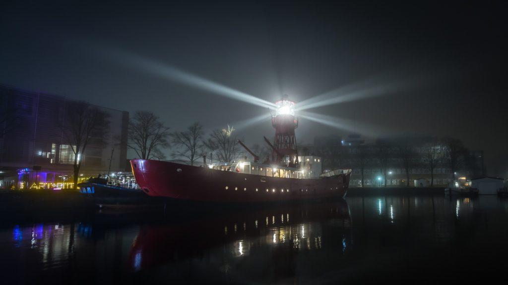 Hij schip in de nacht