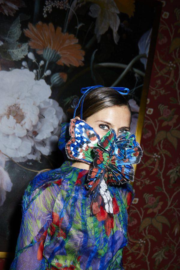 Ronald van der Kemp geeft coronaproof modeshow in uitgestorven centrum Amsterdam