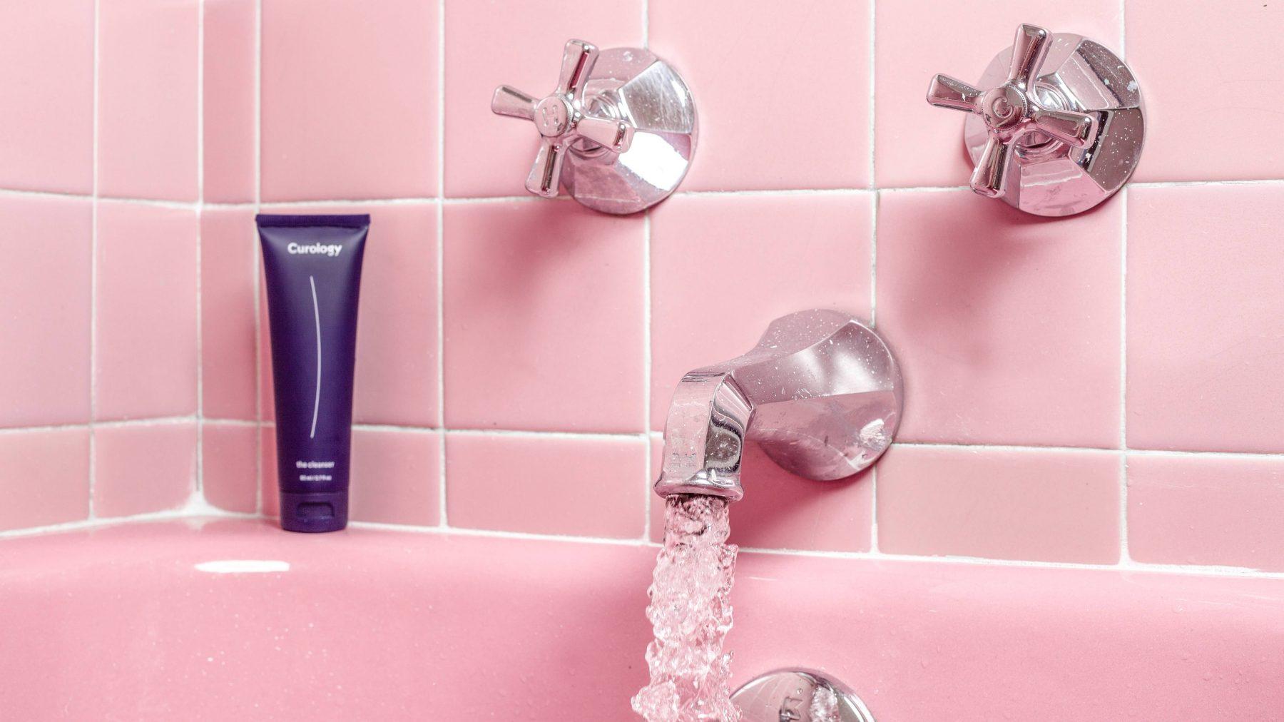 Laat dat doucheschuim maar staan: dit is waarom je nu zo'n droge huid hebt