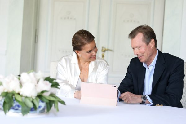 Digitale kraamvisite: grootouders ontmoeten Luxemburgs kroonprinsje voor het eerst op Skype