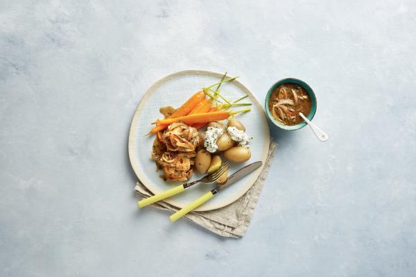 Filetlapjes met uienjus, wortel en krieltjes