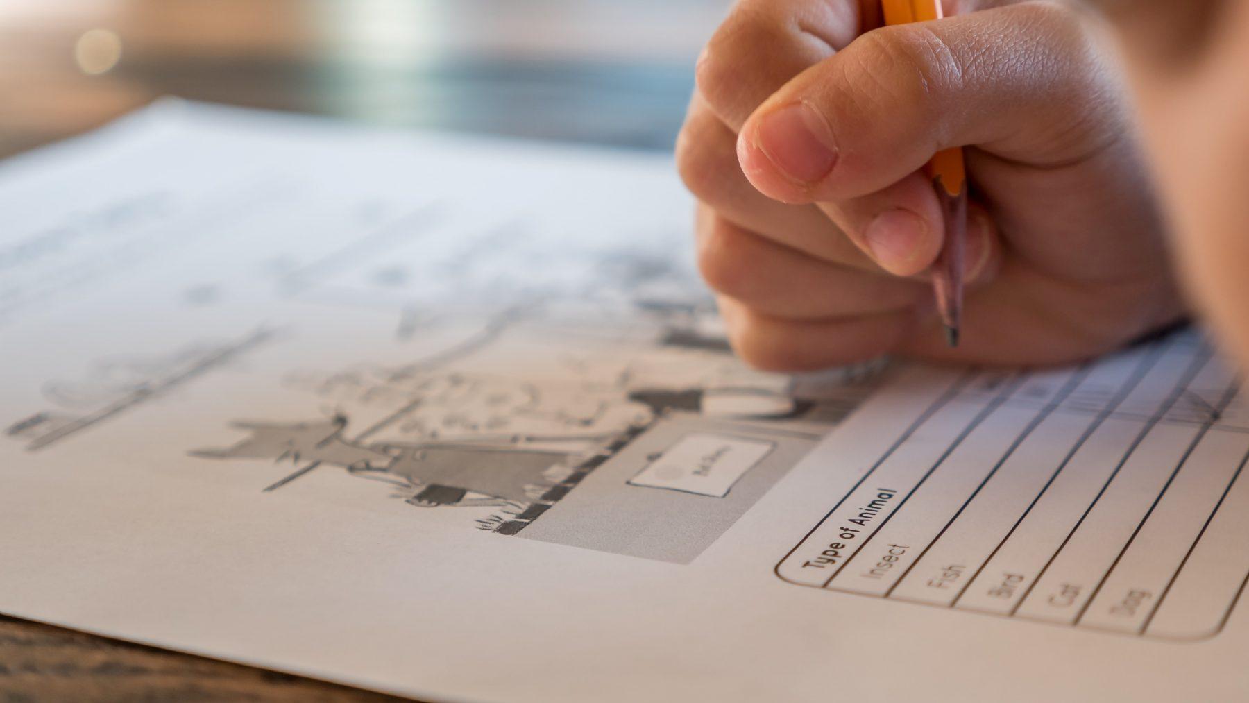 MariMarike Visser helpt kleuter met huiswerk en da's geen succes