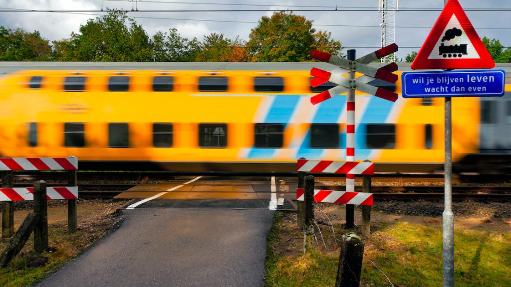 'Opheffen onbewaakte spoorwegovergang moet sneller'