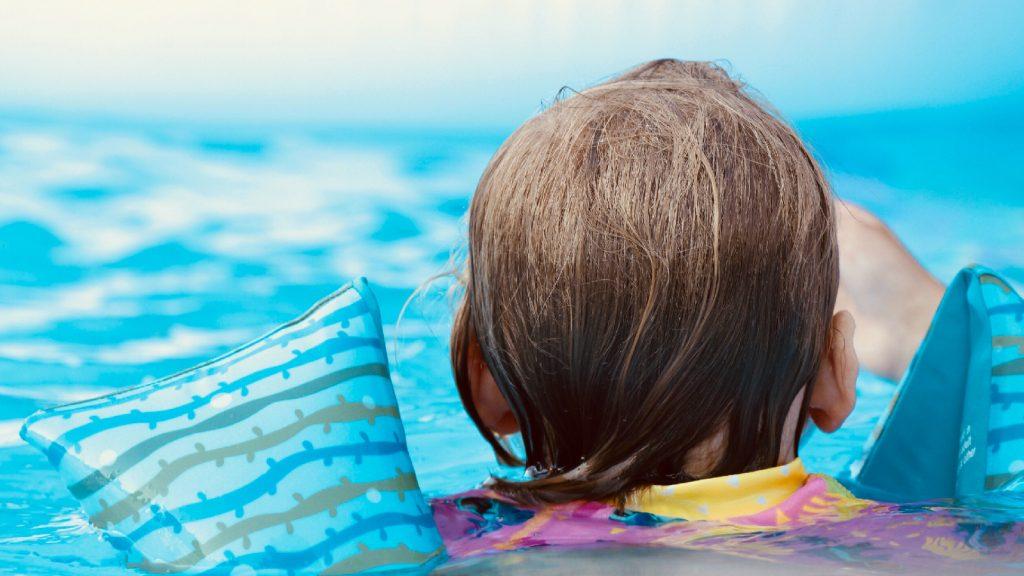 Zwemles zonder ouders, hoe doe je dat? Zwemdeskundige Claartje geeft tips