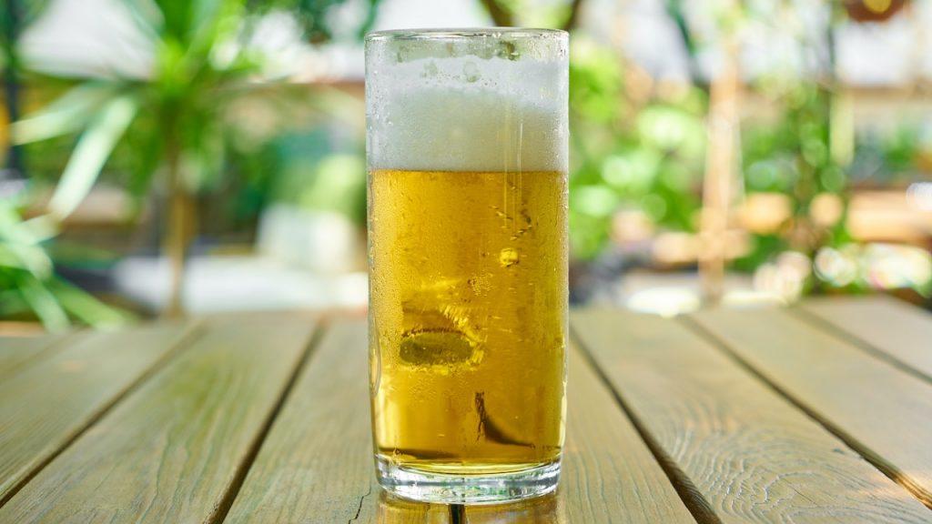 Amerikaanse oma van 103 jaar oud viert genezing corona met een ijskoud biertje