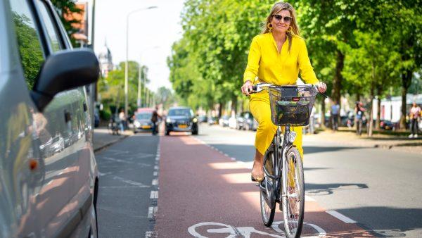 Zo lekker gewoon gebleven: koningin Máxima op de fiets naar museum