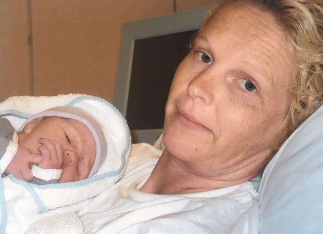Sabina na de bevalling, haar vader net overleden