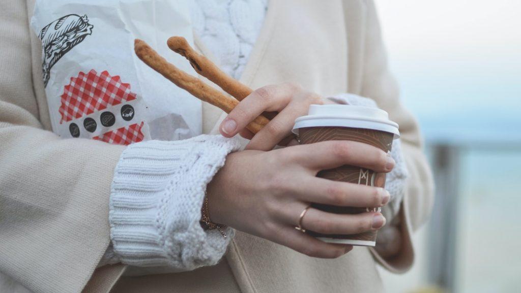 Mag je mondkapje even af als je wilt eten of drinken in de trein?