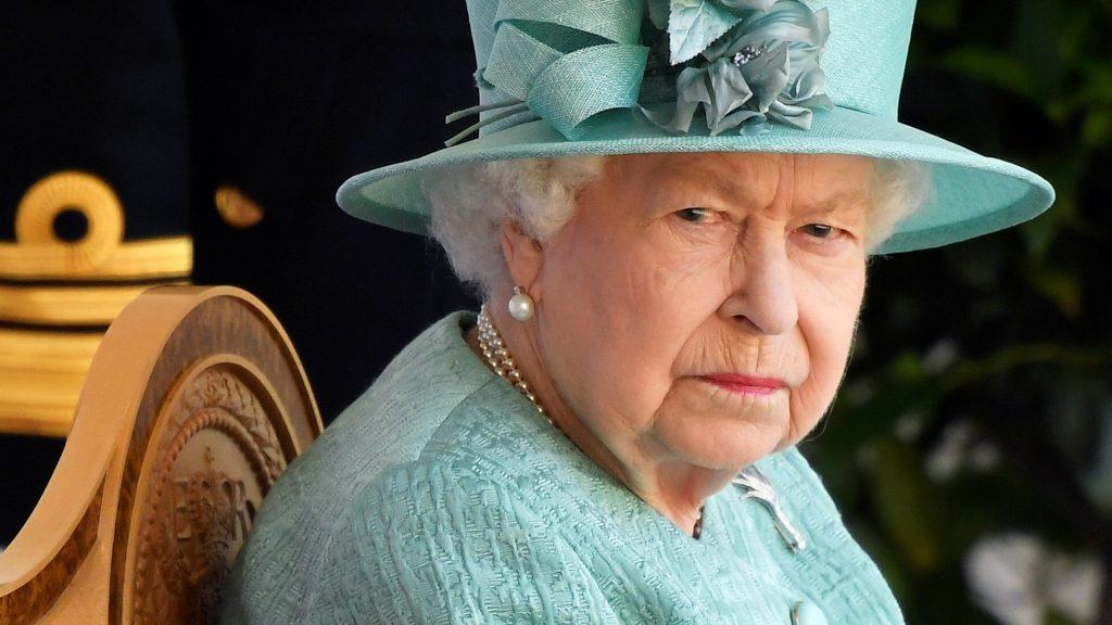 Queen Elizabeth viert haar 94e verjaardag sober met militaire ceremonie