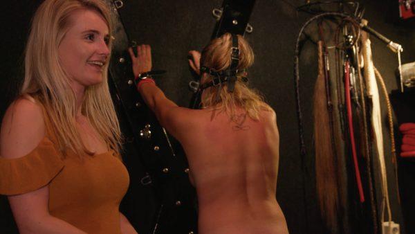 Manita slaat haar slaaf met een zweepje tijdens het BDSM spel
