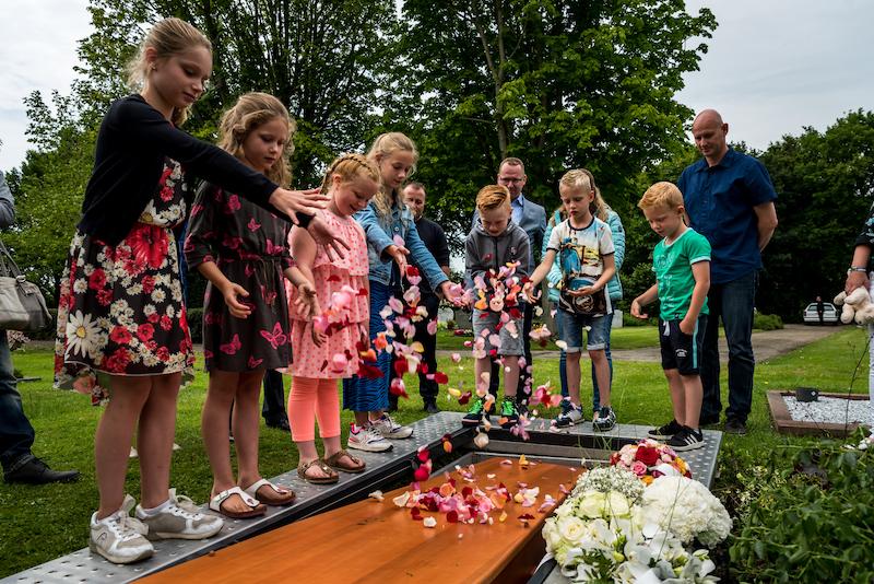 Kinderen tijdens een afscheidsdienst