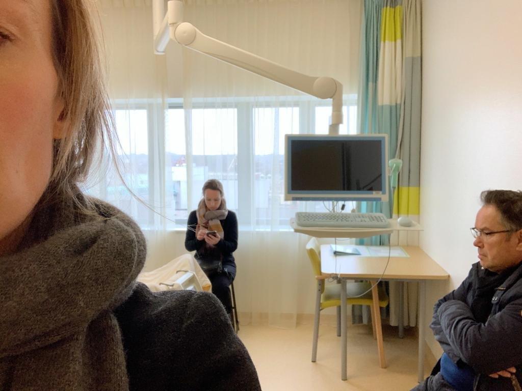 Elies haar vader en zus in het ziekenhuis