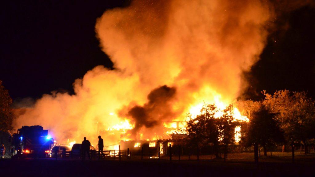 Boerderij in het Gelderse Almen gaat op in vlammen