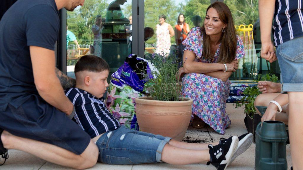 Met de poten in de modder: Kate Middleton plant bloemen voor overleden Fraser Delf (9)