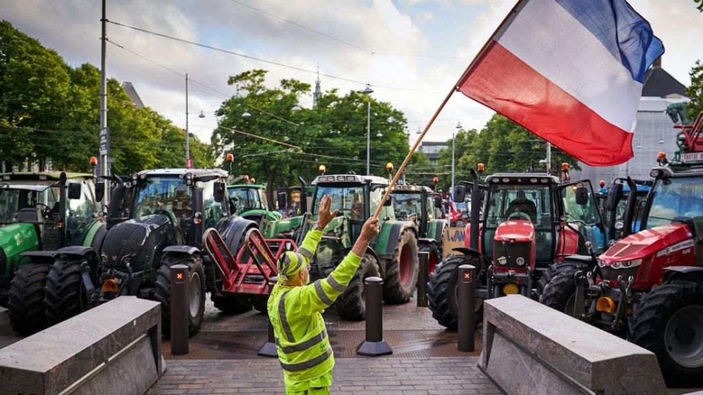 Trekkers onderweg naar het Binnenhof voor spontaan boerenprotest