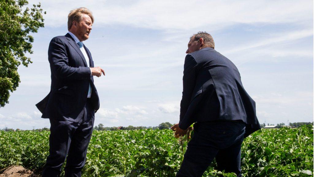 De koning op bezoek bij akkerbouwbedrijf om niet verkochte aardappeloogst te aanschouwen