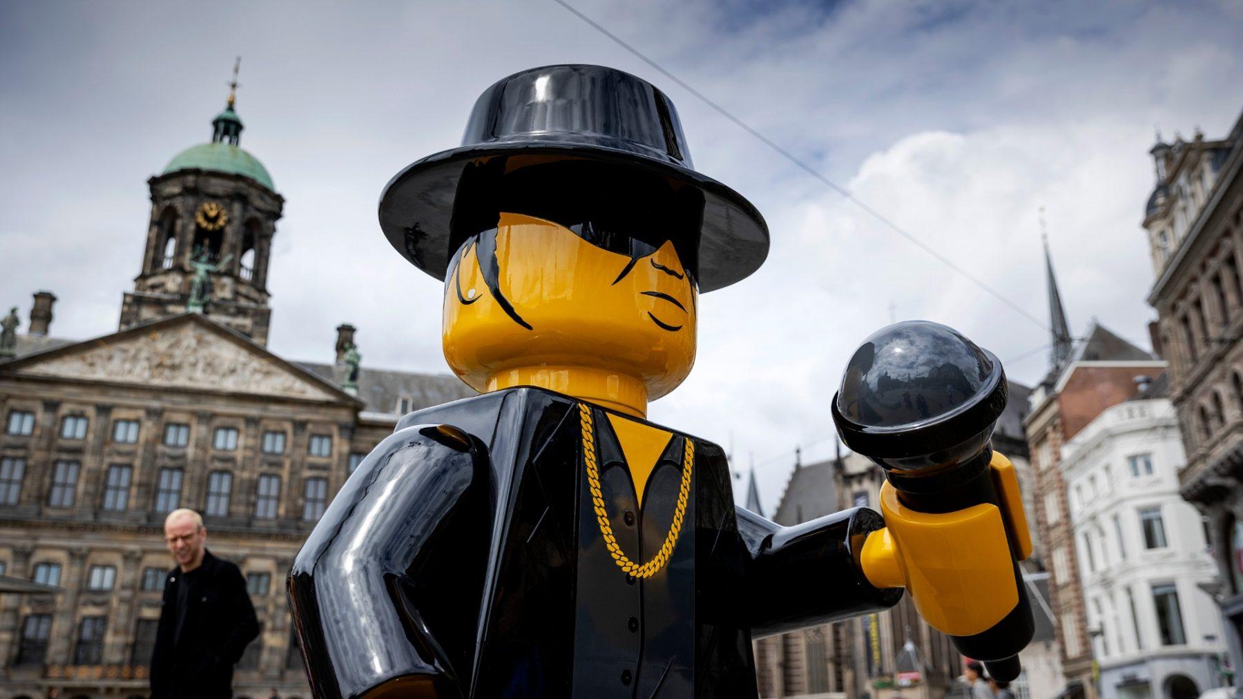Bloed, zweet en tranen: Legobeeld van André Hazes op de Dam onthoofd