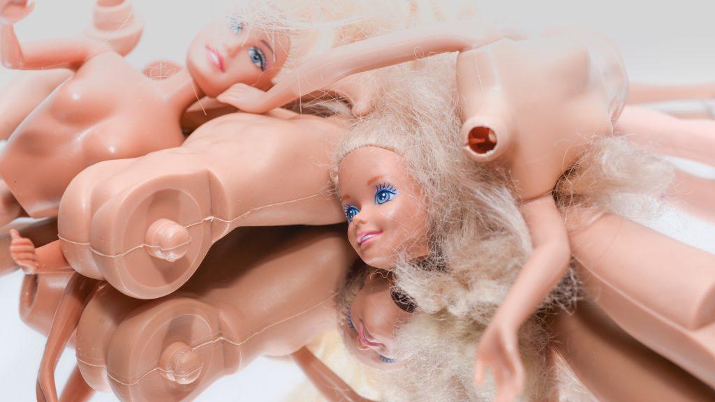 Dag Barbie-ideaal: deze poppendokter geeft poppen een nieuw realistisch gezicht