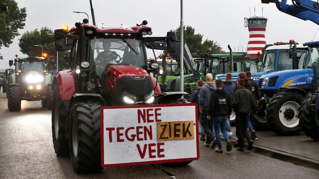 Toegangsweg Lelystad Airport geblokkeerd door boerenprotest