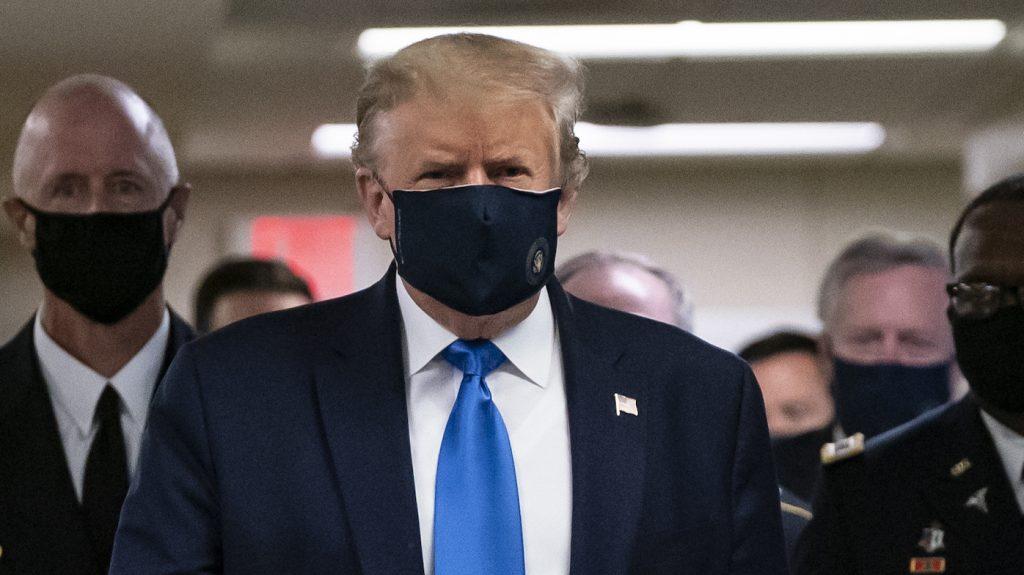 trump-draagt-voor-het-eerst-mondkapje-openbaar-recordaantal-besmettingen-corona-vs