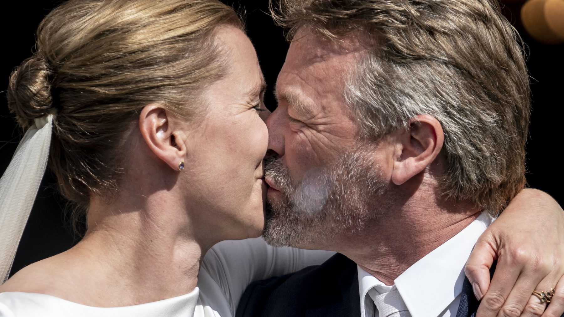 Hè hè: Deense premier eindelijk getrouwd na drie keer huwelijksdag verzetten
