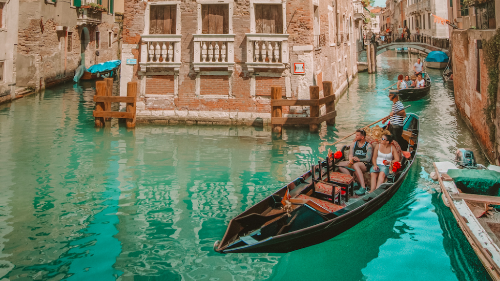 Venetië wil minder mensen per gondel door toeristen met 'kilootje' te veel