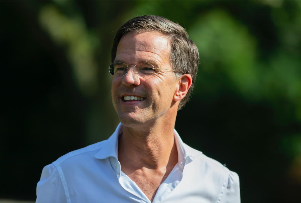 Mark Rutte op eerste vrije dag tóch nog een beetje aan het werk (maar wel op gympen)