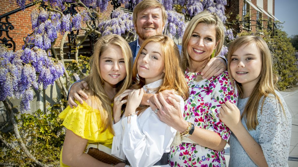 De zomervakantie van het koninklijk gezin_ van borstcrawl met badmuts tot Insta-shoots bij het zwembad