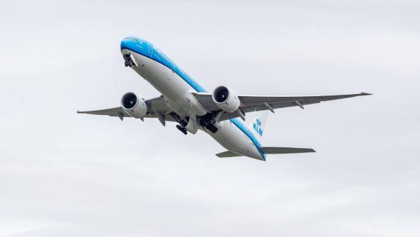 Bloed en gillende kinderen: vechtpartij aan boord van KLM-toestel vanwege mondkapje