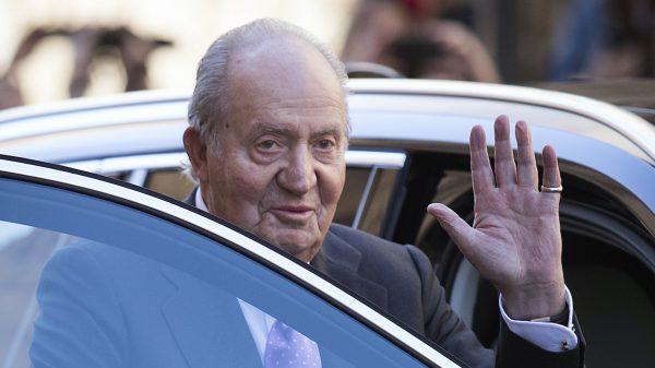 Spaanse ex-koning Juan Carlos, verdacht van corruptie, vertrekt uit Spanje