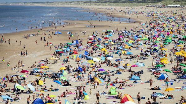 Grote drukte aan de kust: parkeerplaatsen zijn vol en 't verkeer staat stil