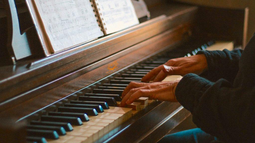Vrouw speelt piano in Beiroet