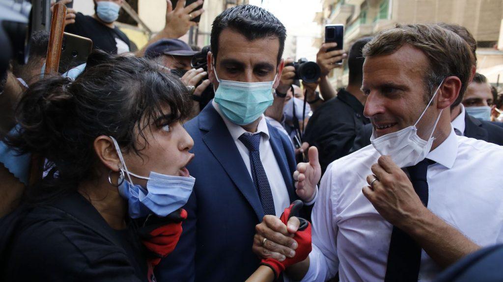 Macron knuffelt wanhopige vrouw na explosie Beiroet