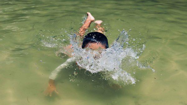 jongen zwemmen kind meer