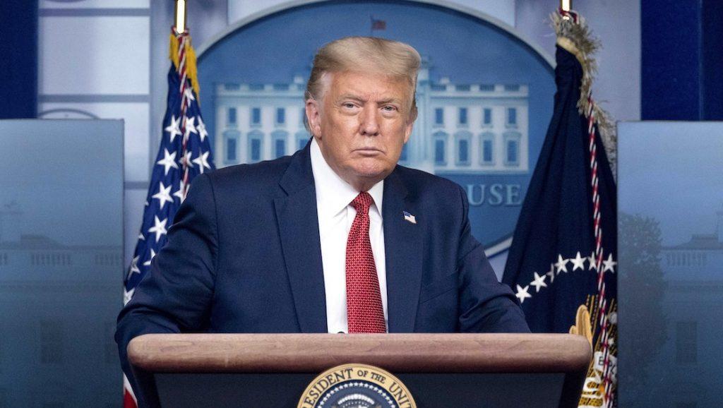 Trump weggehaald tijdens persconferentie