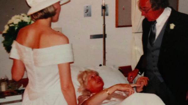 Carmen over haar bruiloft 'Daar stond ik, in vol ornaat op de Eerste Hulp'